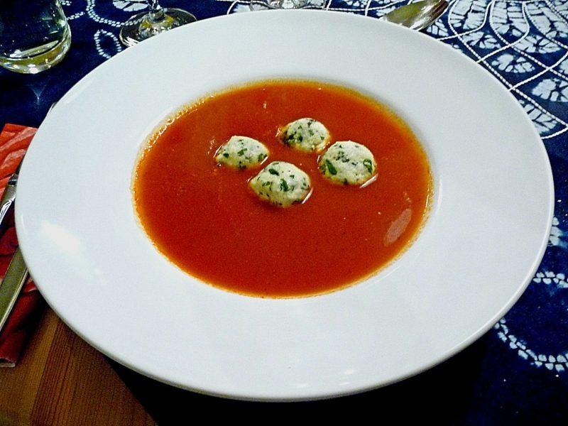 schnelles Abendessen warm Tomatensuppe mit Mozzarella