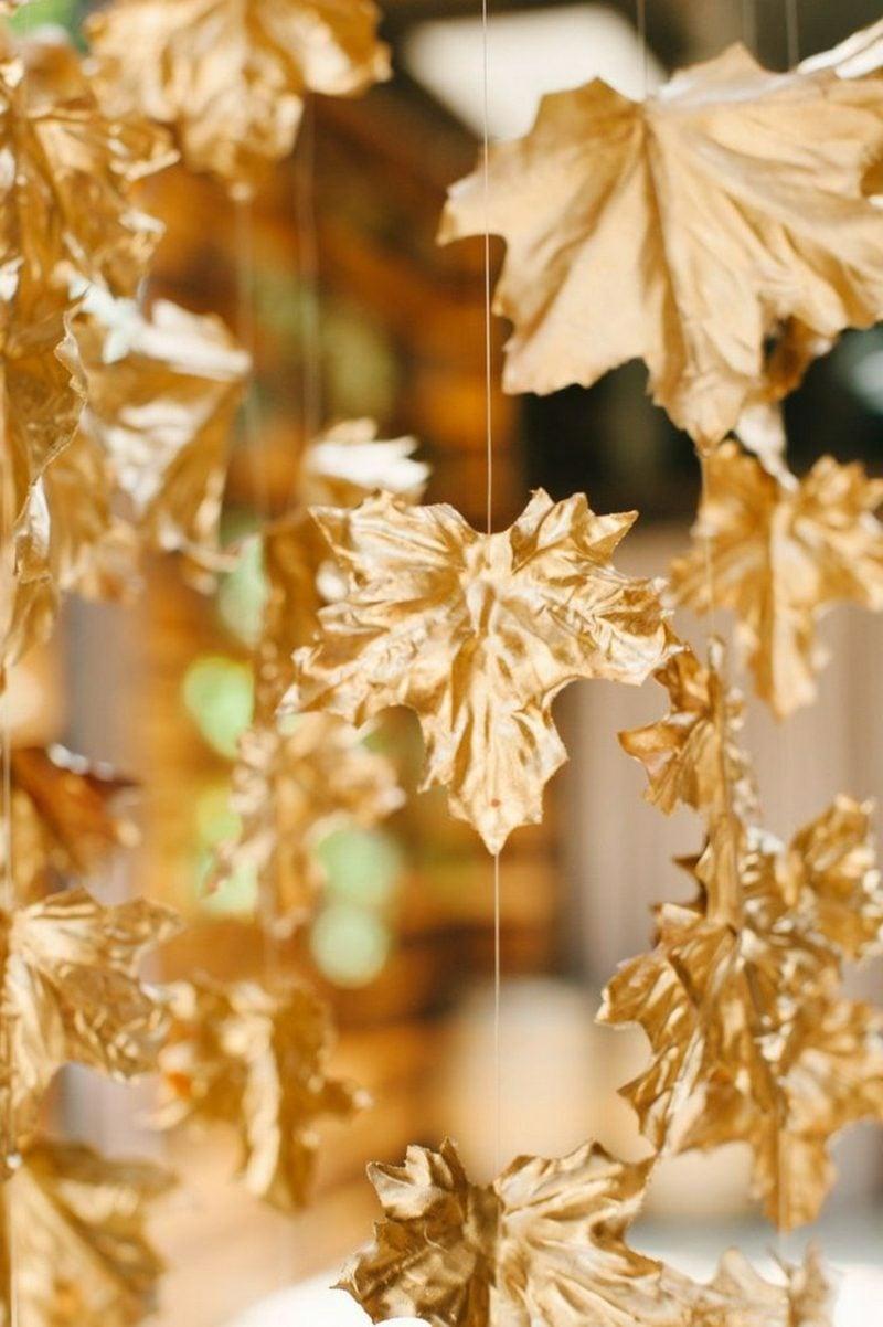 Herbstdeko mit Blättern golden gefärbt