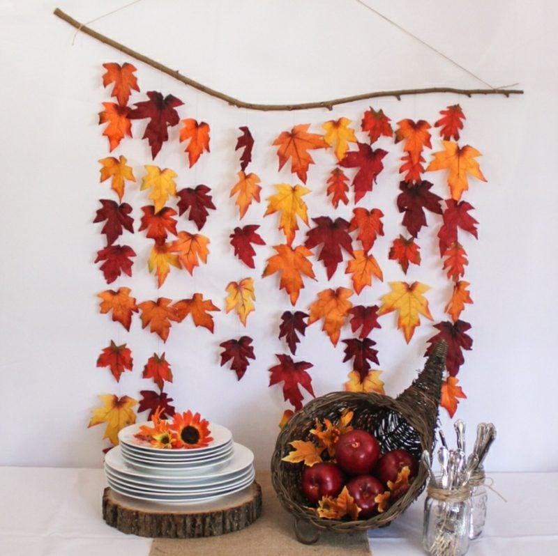 Herbstdeko Girlanden aus bunten Blättern Wand