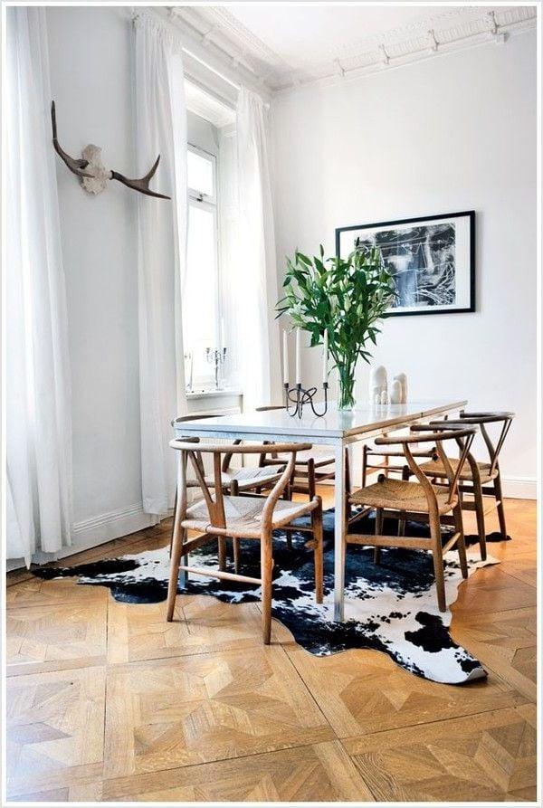 Alte Stühle in Kombination mit modernen Esstischen