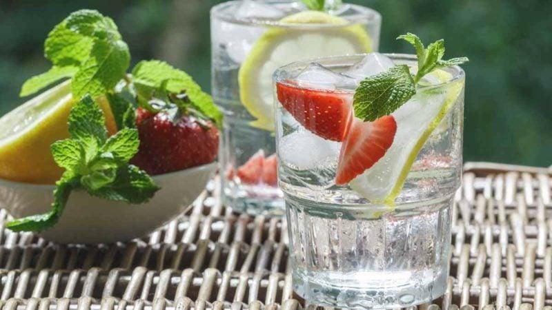 zitrone und erdbeeren detox wasser