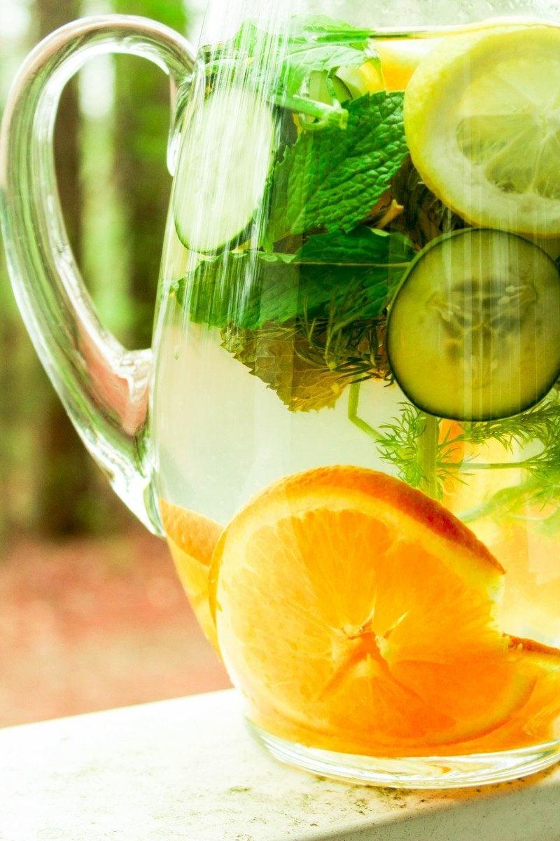 gesundes detox wasser mit gurken zitronen und orangen