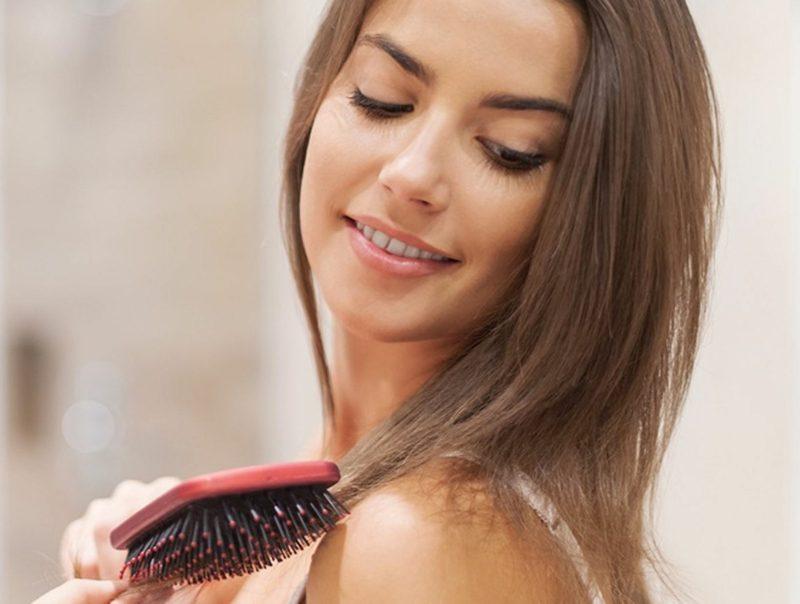 Tipps gegen fettige Haare keine Bürste verwenden