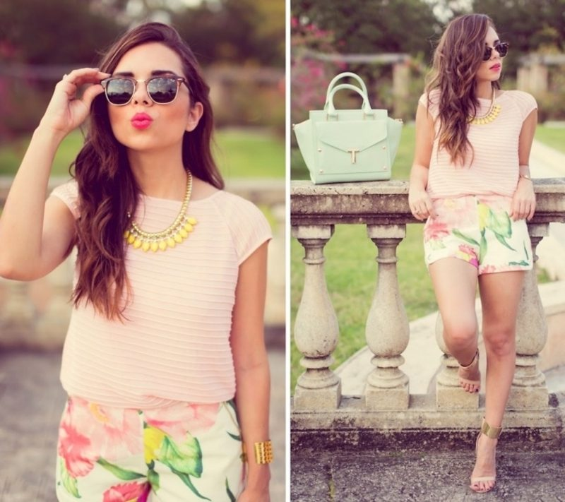 Sommer Outfit Pastellnuancen florale Hotpants rosafarbenes Top pastellgrüne Tasche