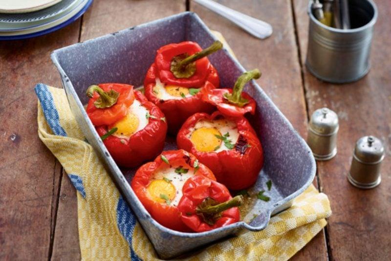 leichtes Abendessen gefüllte Paprikaschoten mit Spinat und Eiern