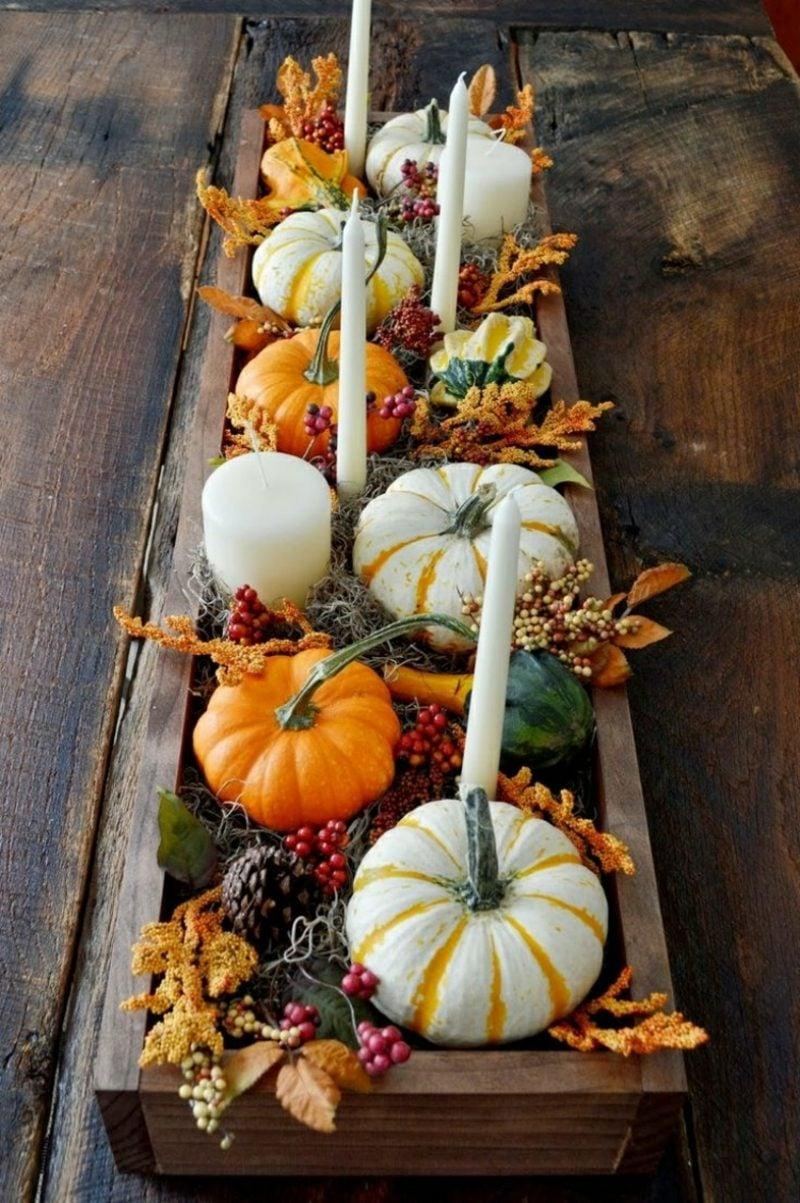 Herbstdeko Tisch Kerzen und Kürbisse