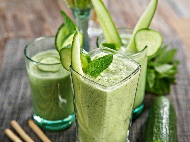low carb Snacks und Gerichte kalte Gurkensuppe in Gläser serviert