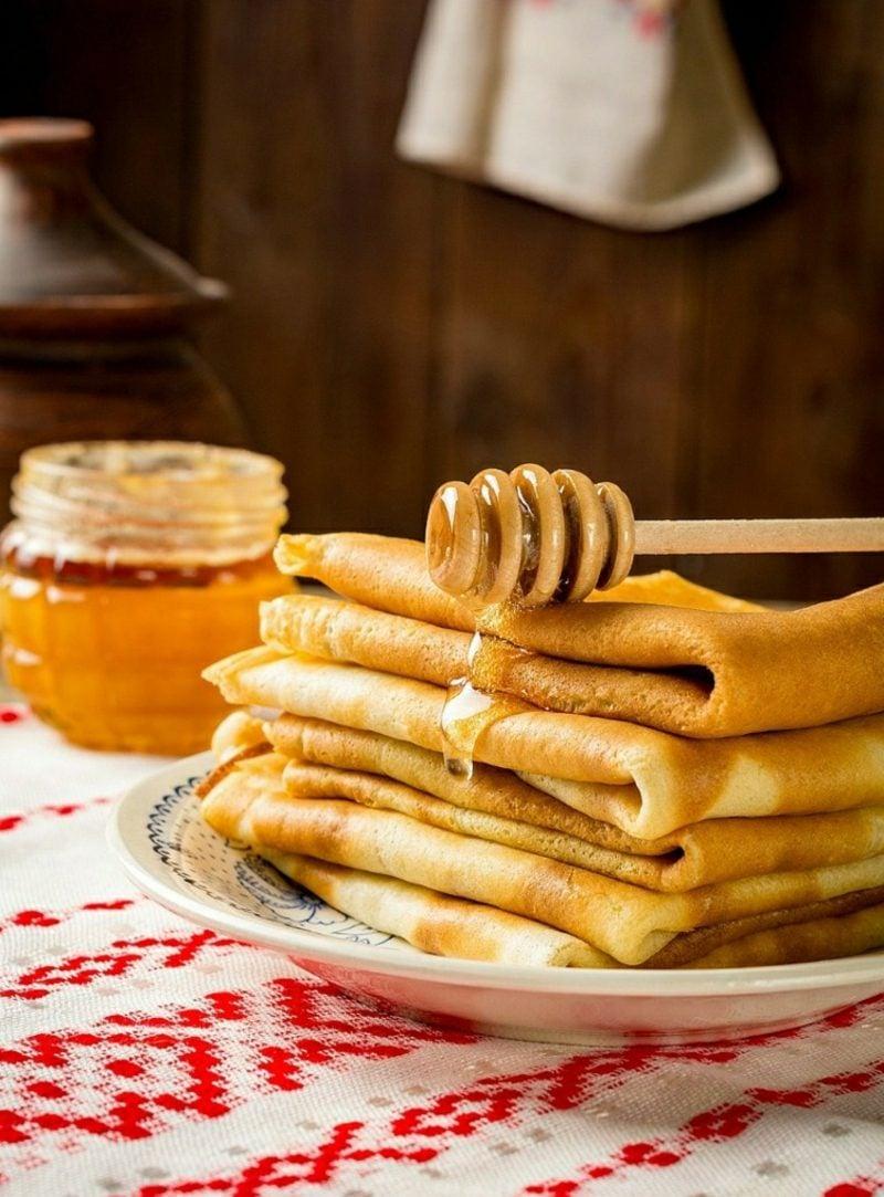 Pfannkuchen mit Eiweißpulver und Honig
