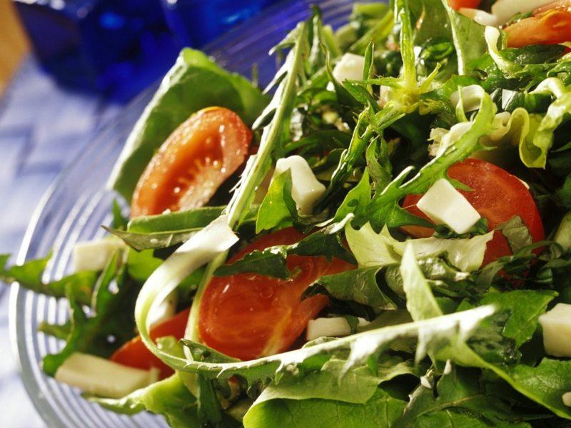 kohlenhydratarmes Essen schneller Salat mit Käse und Rucola