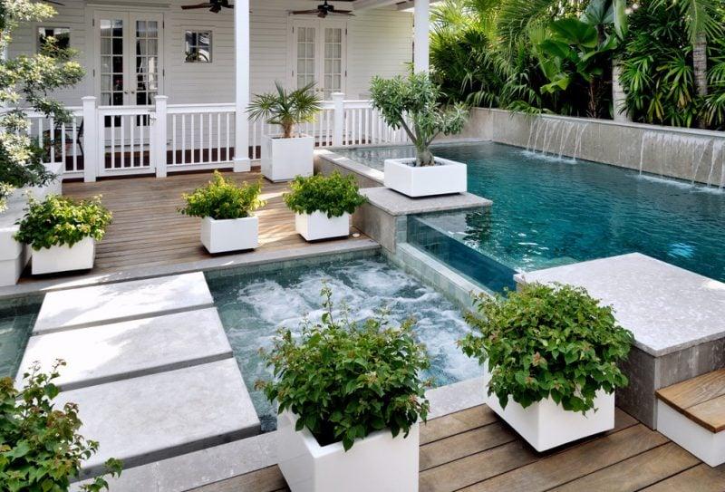 Pflanzkübel gross neben Schwimmbad