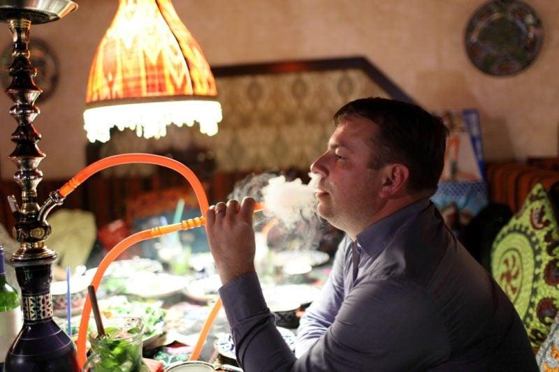 man raucht shisha