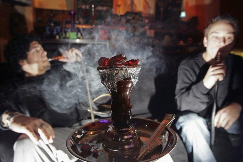 freunde rauchen shisha zusammen