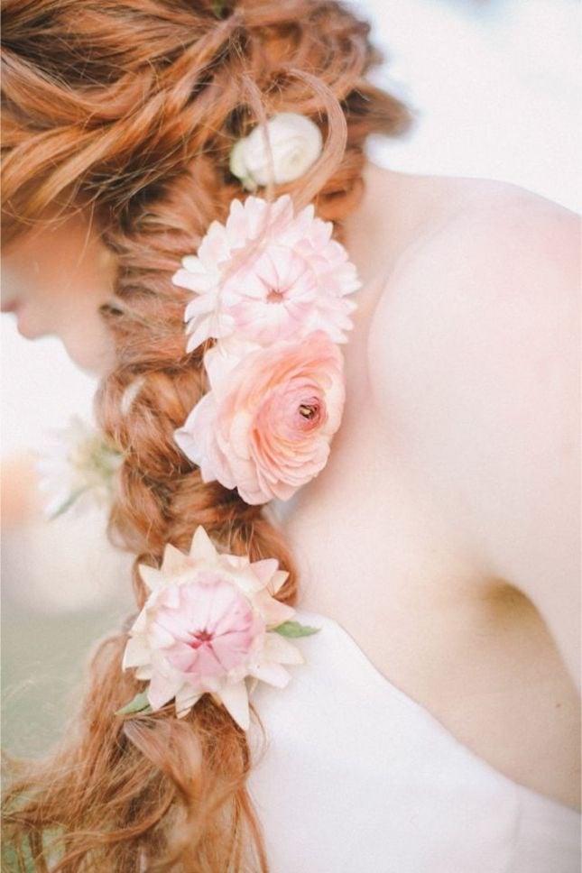 Strandfrisuren - Blumen in den Haaren