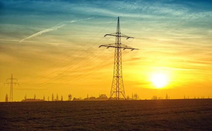 ein Sonnenuntergang und Stromstation