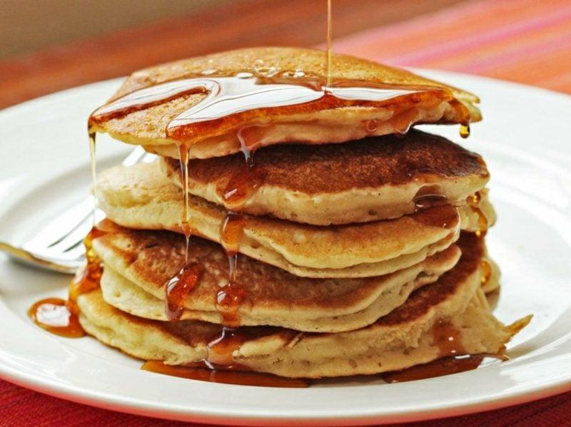 gesunde Pancakes mit Ahornsirup zubereiten