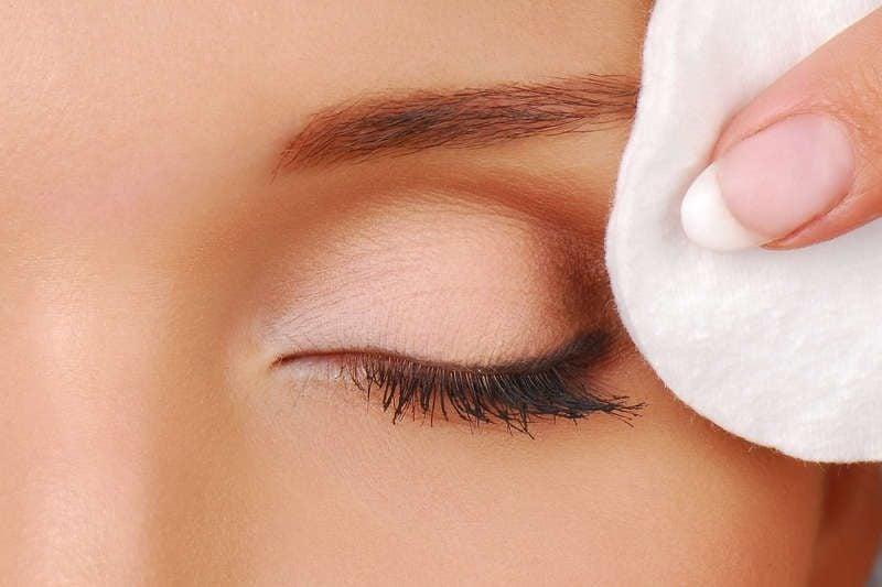 Dampfbad für das Gesicht machen das Make-up entfernen