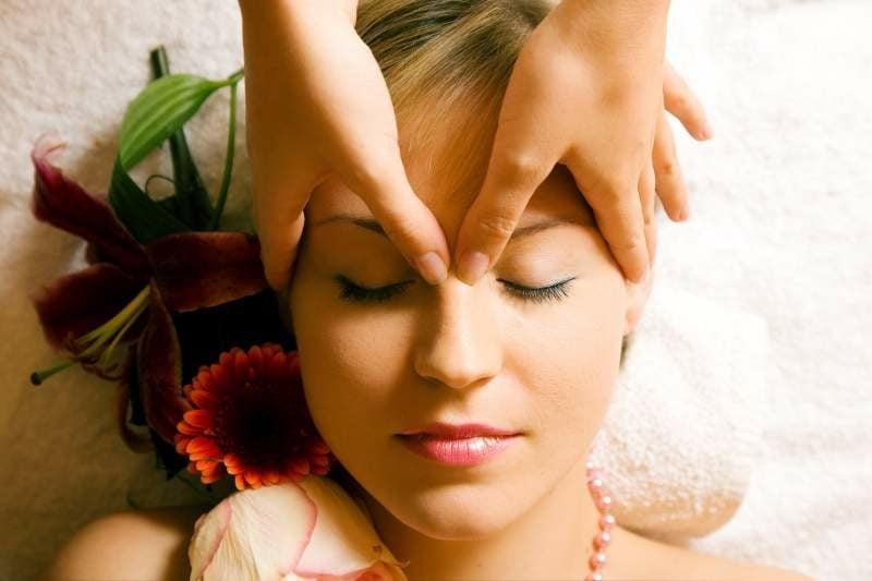 zuckendes Augenlid Massage entspannend