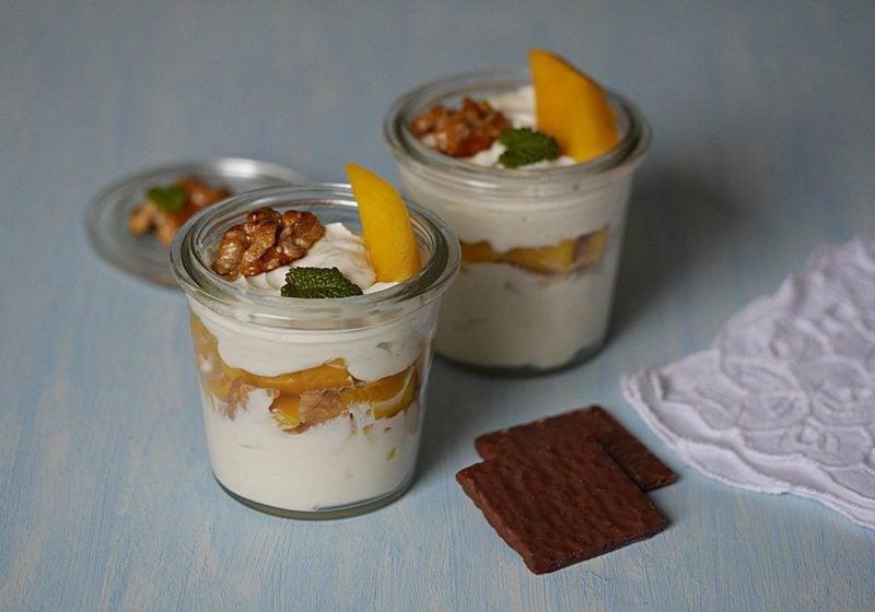 Magerquark Nährwerte Dessert mit Mango und Nüssen