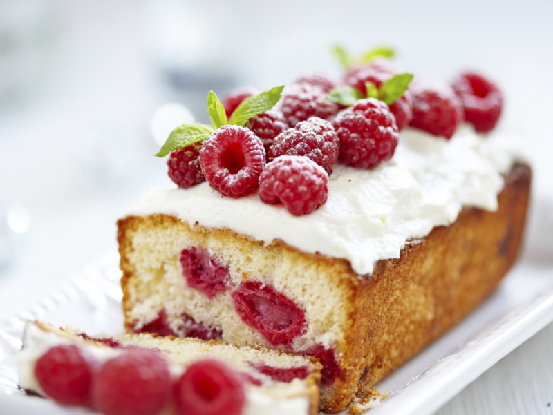 Puderzuckerglasur Kuchen mit Himbeeren
