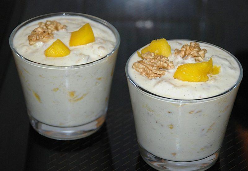 Kalorien Magerquark Dessert mit Mango und Walnüssen
