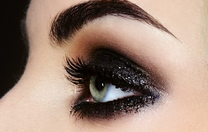 Schminktipps Augen dunkle Lidschatten mit Glitzerpartikeln