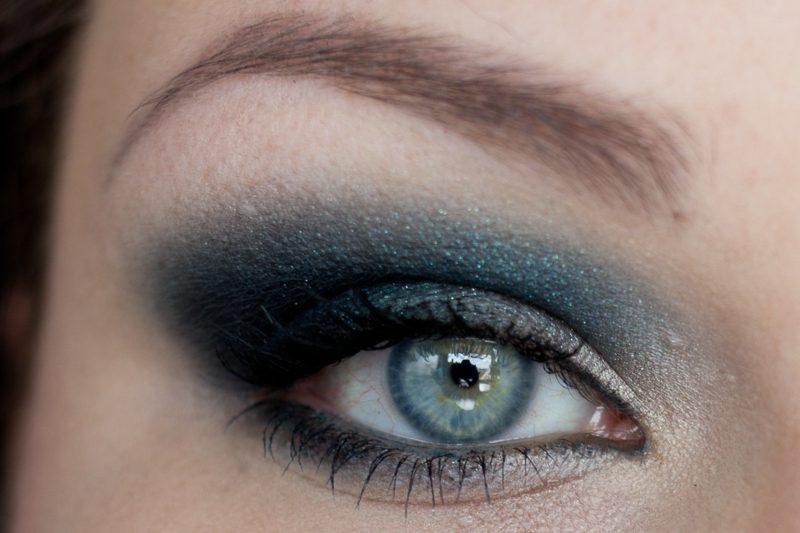 Schminken Sommer Smokey Eyes blaue Lidschatten