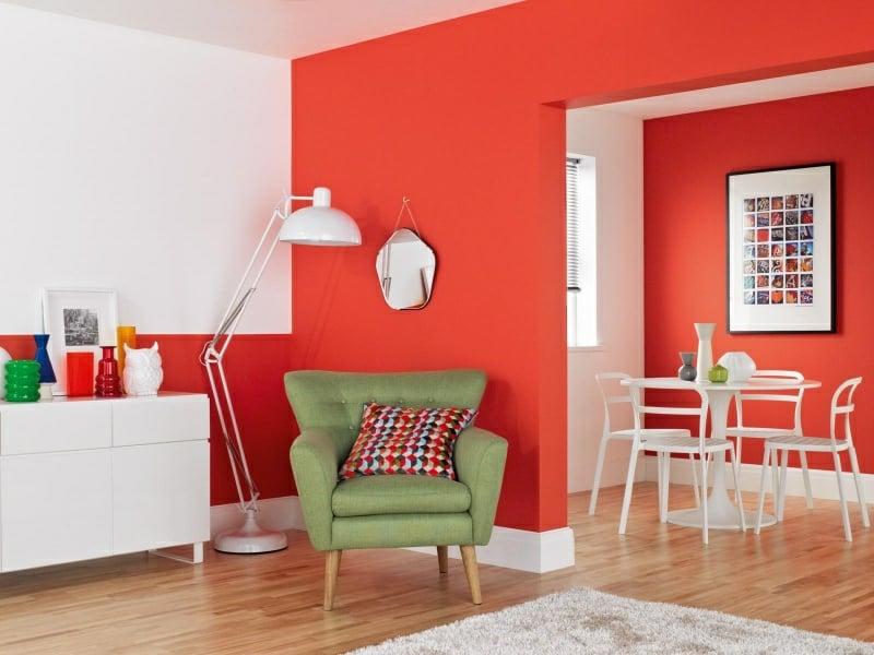 Wandfarben Ideen Wohnzimmer rot und weiss grüner Sessel