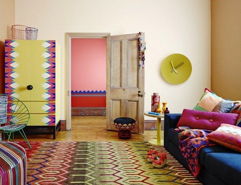 Inneneinrichtung Wohnzimmer exotische Muster neutrale Wandfarbe