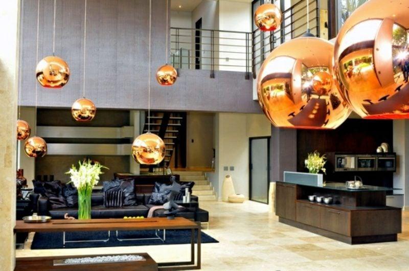Wohnzimmer mit offener Küche Kupfer Pendelleuchten