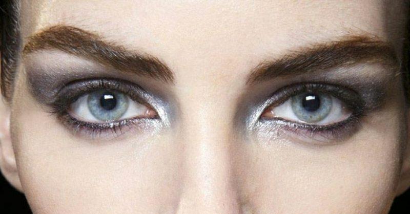 Smokey Eyes schminken blaue Augen