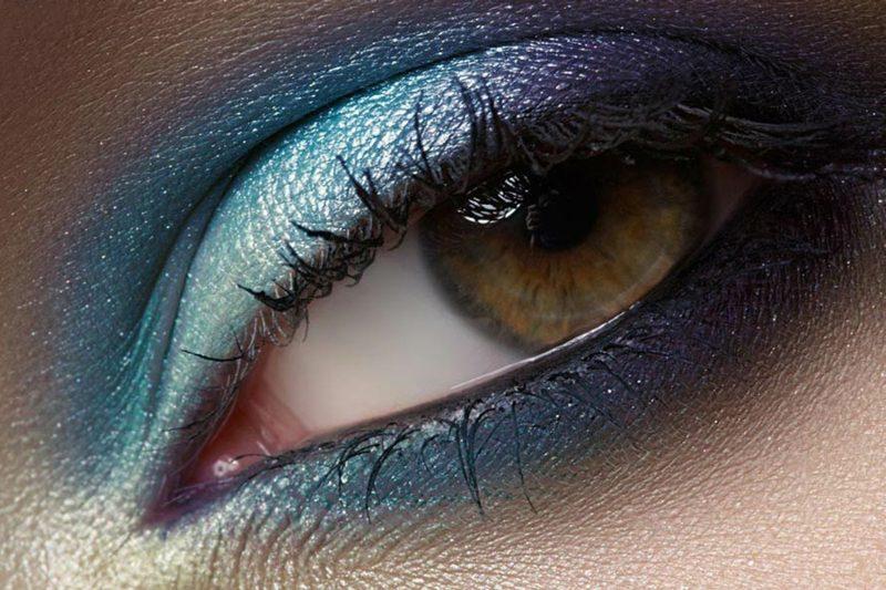 Smokey Eyes schminken blaue Lidschatten Sommer