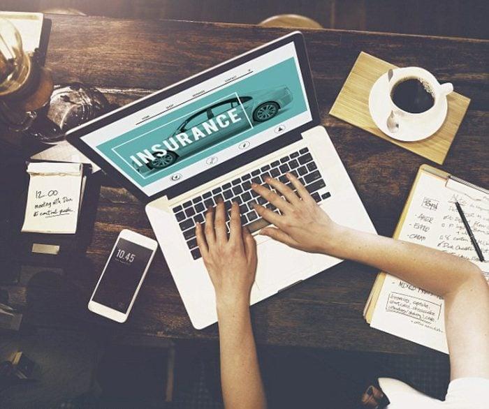 haftpflichtversicherungsvergleich computer laptop kaffee iphone zettel kuli sich notitzen machen