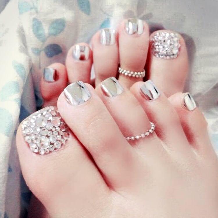 Fußnägel lackieren Steine