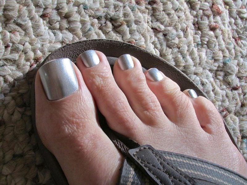 Fußnägel lackieren Silber Effekt