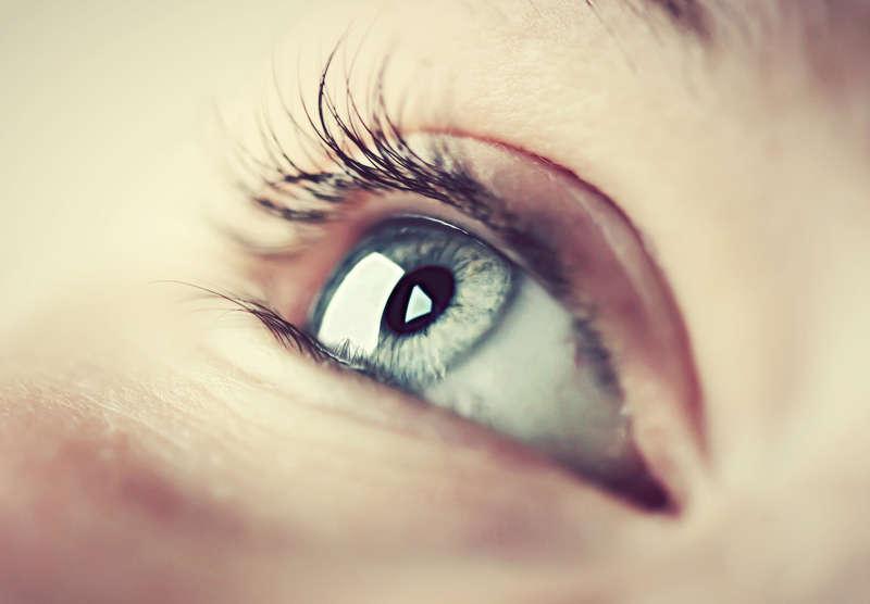 das Augenlid zuckt