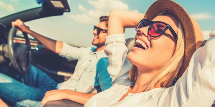 haftpflichtversicherungsvergleich versicherungsvertrag frohe leute urlaub machen fahren mit dem auto