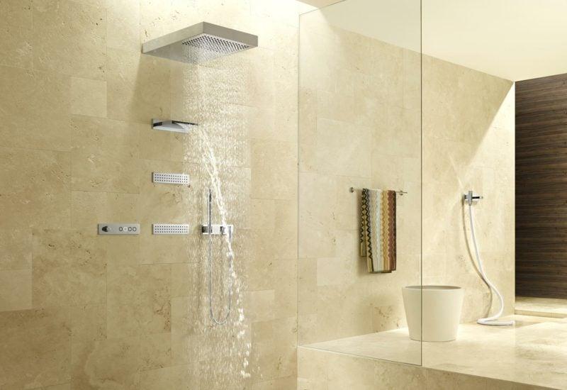 helles badezimmer mit moderne dusche