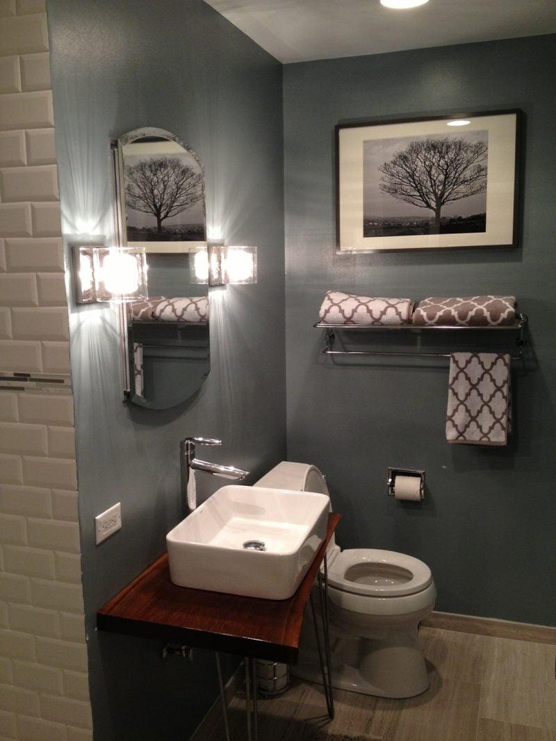 modernes badezimmer mit grauen fliesen