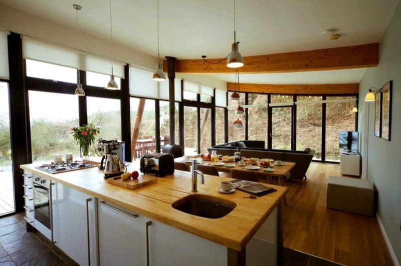 offene Küche Wohnzimmer Landhausstil Holzarbeitsplatte