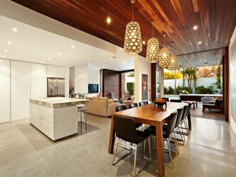 offene Wohnküche mit Wohnzimmer goldene Pendelleuchten