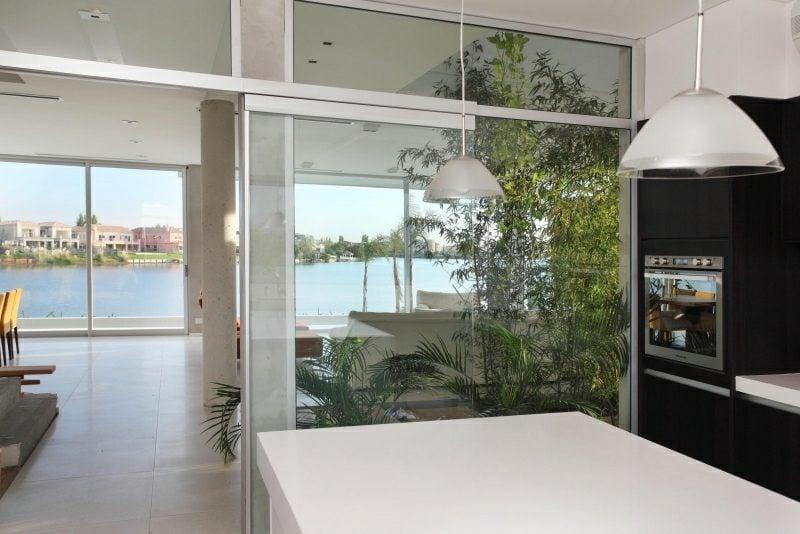 schöne Küche vom Wohnzimmer getrennt Glastür