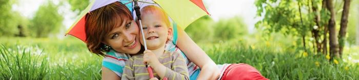 versicherung zu jeder zeit egal ob sie zu hause sind oder nicht mutter und kind spielen zusammen regenschirm