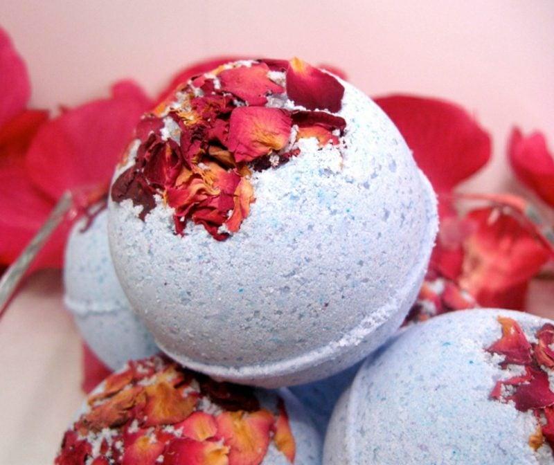Erkältungsbad selber machen Badekugeln mit Rosenblättern