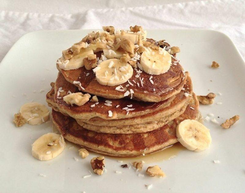 gesundes Frühstück zum Abnehmen Pfannkuchen mit Banane und Proteinpulver