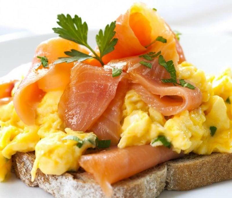 gesundes Frühstück zum Abnehmen Toast mit Ei und Lachs