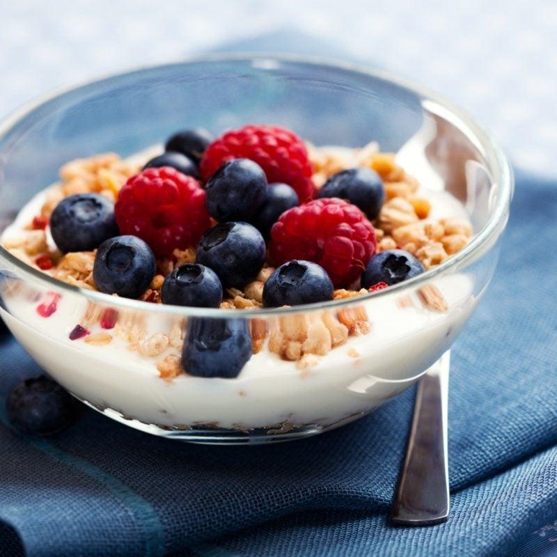 gesundes Frühstück zum Abnehmen Müsli mit Beeren