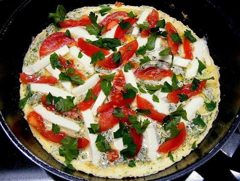 gesundes Frühstück zum Abnehmen Omelett mit Tomaten und Mozzarella