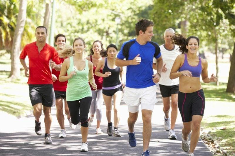 Sport Fitness Laufen anfangen in einer Gruppe