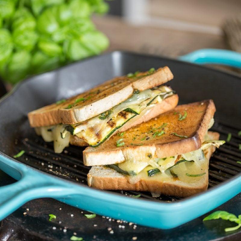 gesundes Frühstück zum Abnehmen Sandwich mit Käse und Zucchini