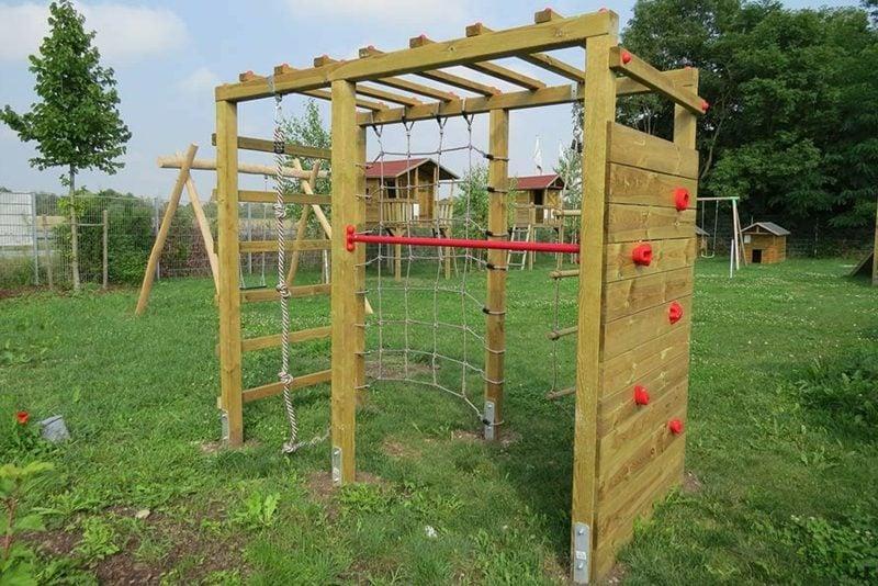 DIY Spielecke mit Klettergerüst im Garten gestalten